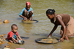 MADAGASCAR, region Manajary, town Vohilava, small scale gold mining, children panning for gold at river / MADAGASKAR Mananjary, Vohilava, kleingewerblicher Goldabbau, Kinder waschen Gold am Fluss