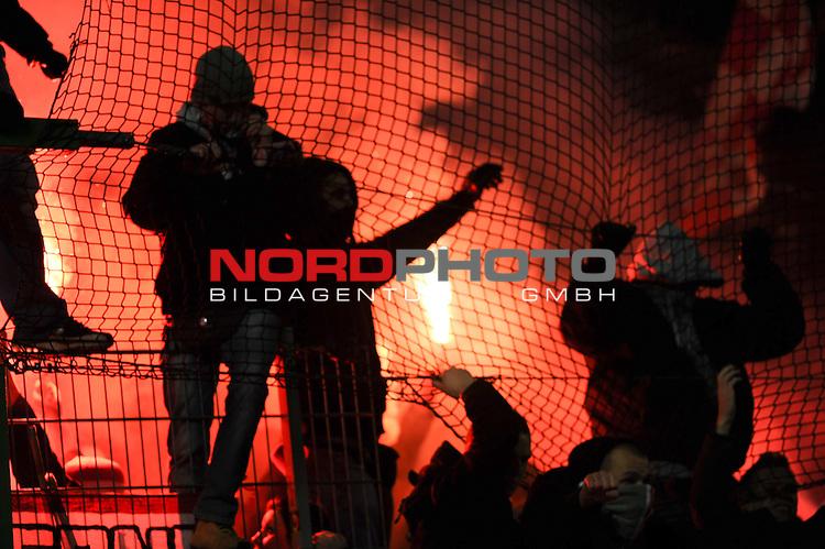 29.01.2011, Fritz-Walter Stadion, Kaiserslautern, GER, 1. FBL, 1.FC Kaiserslautern vs FSV Mainz 05, im Bild Mainzer Fans entzuenden bengalische Feuer, Foto © nph / Roth