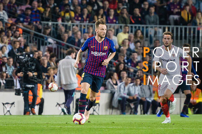 Ivan Rakitic of FC Barcelona (L) in action during the La Liga 2018-19 match between FC Barcelona and Sevilla FC at Camp Nou Stadium on October 20 2018 in Barcelona, Spain. Photo by Vicens Gimenez / Power Sport Images