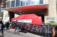 CURITIBA, PR, 20.05.2015 - PROFESSORES-PR - Professores em greve bloqueia entrada da Secretaria da Fazenda, em Curitiba na tarde desta quarta-feira (20). Insatisfeitos com o índice de 5% de reajuste proposto pelo Executivo estão acampados nas duas entradas do prédio e impedem a entrada de funcionários do órgão. Os manifestantes têm barracas instaladas nas duas entradas do prédio, que fica no Cento da cidade. A entrada principal é pela avenida Vicente Machado, mas há também um outro acesso ao prédio, que fica próximo à esquina desta avenida com a rua Brigadeiro Franco.(Foto: Paulo Lisboa/Brazil Photo Press)