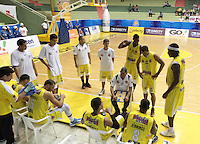 BUCARAMANGA -COLOMBIA, 13-05-2013. José Dilone técnico de Búcaros da instrucciones durante partido contra Águilas en la fecha 15 fase II de la  Liga DirecTV de baloncesto Profesional de Colombia realizado en el Coliseo Vicente Díaz Romero de Bucaramanga./ Bucaros coach Jose Dilone give directions during match against Aguilas on the 15th date phase II of  DirecTV professional basketball League in Colombia at Vicente Diaz Romero coliseum in Bucaramanga . Photo:VizzorImage / Jaime Moreno / STR
