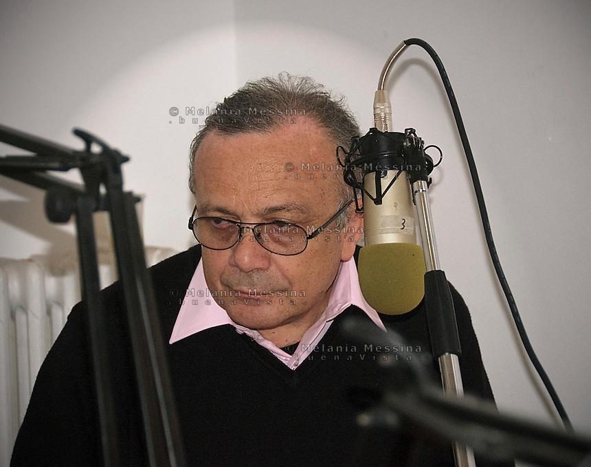 Radio 100 passi a Cinisi nella casa confiscata al boss Badalmenti: Giovanni impastato.<br /> Giovanni Impastato on air with 100 passi Radio in the old boss home