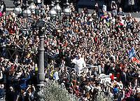 Papa Francesco saluta i fedeli al termine della messa della Domenica delle Palme in Piazza San Pietro, Citta' del Vaticano, 29 marzo 2015.<br /> Pope Francis greets faithful at the end of the Palm Sunday mass in St. Peter's Square at the Vatican, 29 March 2015.<br /> UPDATE IMAGES PRESS/Isabella Bonotto<br /> <br /> STRICTLY ONLY FOR EDITORIAL USE