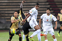 ITAGÜI - COLOMBIA -03-04-2014: Yessy Mena (Izq.) jugador de Itagüi disputa el balón con Wilmer Diaz (Der.) jugador de La Equidad durante  partido Itagüi y La Equidad por la fecha 14 de la Liga Postobon I 2014 en el estadio Ditaires de la ciudad de Itagüi. / John J Restrepo (L) player of Itagüi fights for the ball with Wilmer Diaz (R) player of La Equidad during a match Itagüi and La Equidad for the date 14th of the Liga Postobon I 2014 at the Ditaires stadium in Itagüi city. Photo: VizzorImage / Luis Rios / Str.