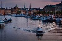 Båt i skymningen vid Strandvägen Stockholm
