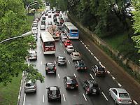 ATENCAO EDITOR: FOTO EMBARGADA PARA VEICULO INTERNACIONAL - SAO PAULO, SP, 14 DEZEMBRO 2012 - TRANSITO EM SAO PAULO -  Chuva e excesso de carros deixa o transito engarrafado na 23 de maio nesse inicio de noite no sentido zona norte na regiao do viaduto da rua Pedroso na Liberdade zona central da capital paulista nessa sexta, 14. (FOTO: LEVY RIBEIRO / BRAZIL PHOTO PRESS)