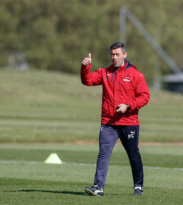 Thumbs up from Pedro Caixinha during training