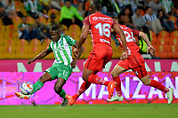 MEDELLÍN - COLOMBIA, 01-08-2018: Helibelton Palacios (Izq.) jugador de Atlético Nacional disputa el balón con Miller Mosquera (Cent.) y Federico Arbeláez (Der.), jugadores de Patriotas Boyacá, durante partido de la fecha 3 entre Atlético Nacional y Patriotas Boyacá, por la Liga Águila II 2018, jugado en el estadio Atanasio Girardot de la ciudad de Medellín. / Helibelton Palacios (C) player of Atletico Nacional vies for the ball with Miller Mosquera (L) and Federico Arbelaez (R), players of Patriotas Boyaca, during a match of the 3rd date between Atletico Nacional and Patriotas Boyaca for the Aguila League II 2018, played at Atanasio Girardot stadium in Medellin city. Photo: VizzorImage / León Monsalve / Cont.