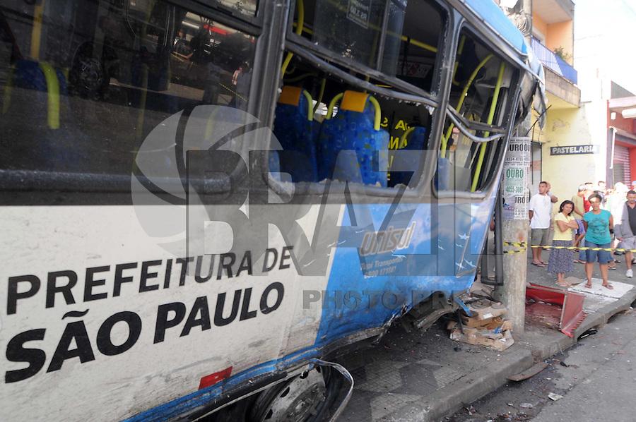 SAO PAULO, SP, 19 MARCO DE 2012 -Acidente com dois Onibus na Av Cupece com Gabriel D Avila sentido ABC. (FOTO: ADRIANO LIMA - BRAZIL PHOTO PRESS)