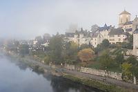 France, Corrèze (19), Argentat, la rive gauche depuis le pont de la République le matin