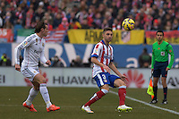 MADRID - ESPAÑA - 07-02-2015: Siqueira (Der.) jugador de Atletico de Madrid, disputa el balon con Bale (Izq.) jugador del Real Madrid  durante partido de La Liga de BBVA de España, 2015 Atletico de Madrid y Real Madrid  en el estadio Vicente Calderon de la ciudad de Madrid.  / Siqueira (R) player of Atletico de Madrid vies for the ball with Bale (L) player of Real Madrid, during a match between Atletico de Madrid and Real Madrid for the La Liga de BBVA de España 2015 in the Vicente Calderon stadium in Madrid.  Photo: Asnerp / Patricio Realpe / VizzorImage.