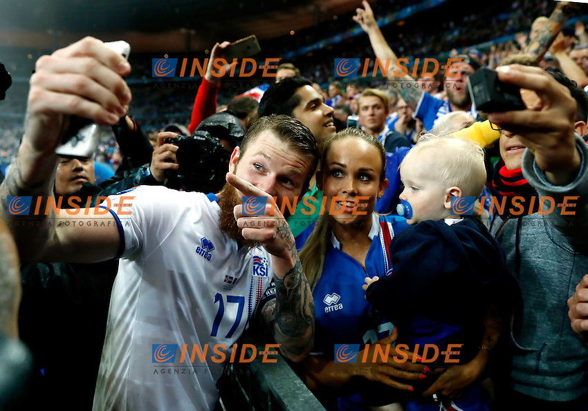 Aaron Gunnarsson (Iceland) taking a selfie with the partner Kris Jonasdottir and the son at the end of the match. selfie con compagna e figlio fine partita<br /> Paris 03-07-2016 Stade de France Football Euro2016 France - Iceland / Francia - Islanda Quarter finals <br /> Foto Matteo Ciambelli / Insidefoto