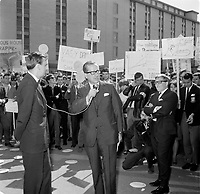 Des manifestants acceuillent le Premier Ministre unioniste <br /> Daniel Johnson<br /> lors du Lancement de la campagne de souscription de l'universitee Laval, 20 aout 1966<br /> <br /> PHOTO :  Agence Quebec Presse - Photo Moderne