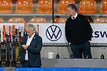 v.l. Karl-Heinz Fliegauf (Wolfsburg, Sportdirektor) schaut auf sein Handy, Pat Cortina (Wolfsburg, Trainer) schaut ihm ueber die Schulter beim Spiel in der DEL, Grizzlys Wolfsburg (orange) - Duesseldorfer EG (weiss).<br /> <br /> Foto © PIX-Sportfotos *** Foto ist honorarpflichtig! *** Auf Anfrage in hoeherer Qualitaet/Aufloesung. Belegexemplar erbeten. Veroeffentlichung ausschliesslich fuer journalistisch-publizistische Zwecke. For editorial use only.