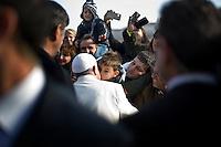 Vaticano, 8 Gennaio, 2014. Un bambino in Piazza San Pietro abbracciao Papa Francesco