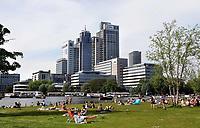 Nederland  Amsterdam - 2019. Relaxen in het Amstelkwartier. Kantoren aan de Amstel. Philips en Nationale Nederlanden.    Foto Berlinda van Dam / Hollandse Hoogte