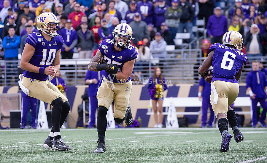 The Huskies run a fake end-around (which ultimately went to Chico McClatcher) to convert a successful two-point conversion.