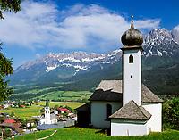 Austria, Tyrol, Kaiserwinkl region, Ellmau: chapel, village church and Wilder Kaiser mountains | Oesterreich, Tirol, Kaiserwinkl, Ellmau: Kapelle, Dorfkirche und Wilder Kaiser