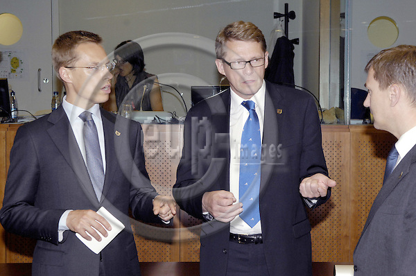 Brussels-Belgium - 19 June 2008---European Council, EU-summit towards the end of the Slovenian Presidency; here, Matti VANHANEN (ce), Prime Minister of Finland, with Alexander STUBB (le), Minister for Foreign Affairs of Finland, and N.N. (ri)---Photo: Horst Wagner / eup-images