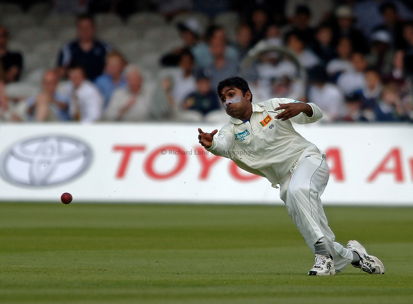 Photo: Glyn Thomas..England v Sri Lanka. nPower Test Match Series. 12/05/2006..Sri Lanka's captain Mahela Jayawardene throws at the stumps.
