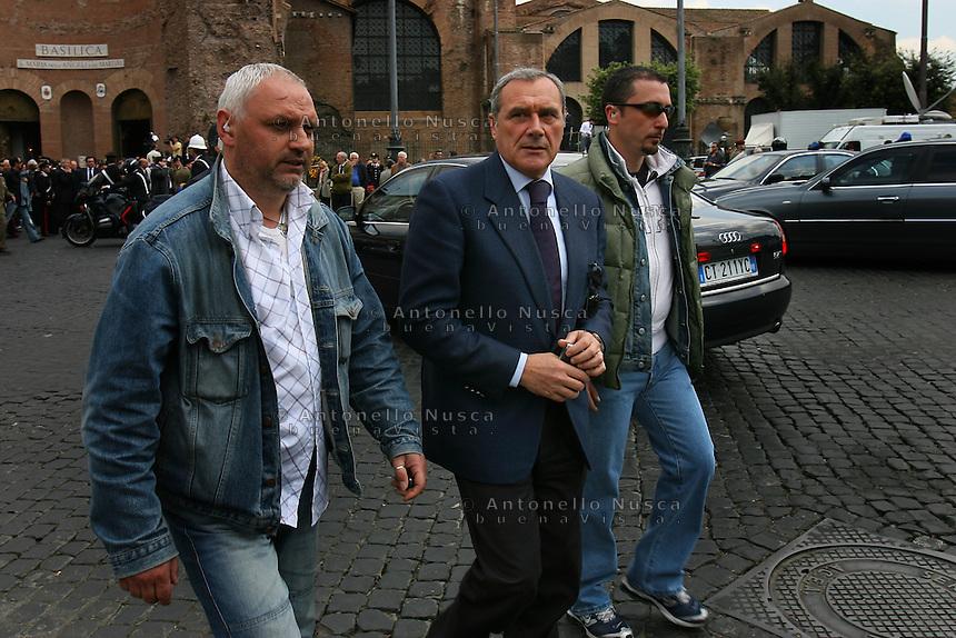 Il Procuratore antimafia Pietro Grasso con la sua scorta
