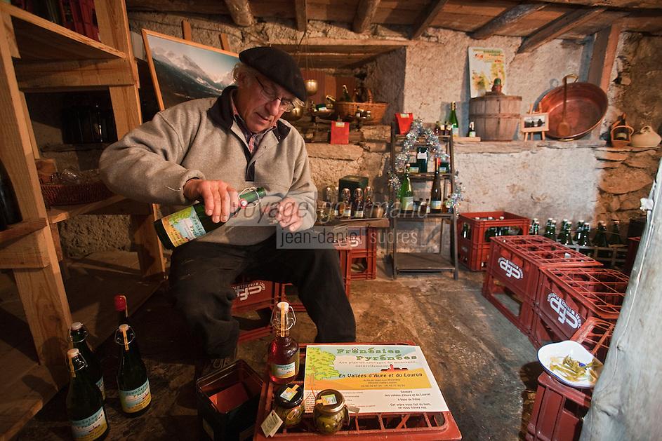 Europe/France/Midi-Pyrénées/65/Hautes-Pyrénées/Vallée du Louron/Vielle-Louron:  Jean-Luc Morinière - Producteur de produits à base de frêne - Frénésie Pyrénées - sert  de la frênette, pétillant bio