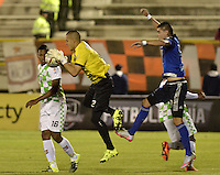 TUNJA -COLOMBIA, 13-09-2015. Huber Escobar (Izq) arquero de Boyacá Chicó disputa el balón con Michael Rangel (Der) Millonarios durante partido por la fecha 12 Liga Àguila II 2015 jugado en el estadio La Independencia en Tunja. / Huber Escobar (L) goalkeeper of Boyaca Chico fights for the ball with Michael Rangel (R) Millonarios during match for the 12th date of Aguila League II 2015 played at La Independencia stadium in Tunja. Photo: VizzorImage / Gabriel Aponte / Staff