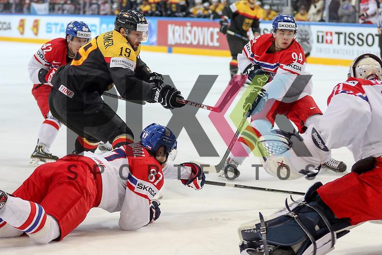 Deutschlands Oppenheimer, Thomas (Nr.19)(Hamburg Freezers) vor dem Tor gegen Tschechiens Nakladal, Jakub (Nr.87)(TPS Turku) und Tschechiens Simon, Dominik (Nr.94)(HC Plzen)  im Spiel IIHF WC15 Deutschland vs Tschechien.<br /> <br /> Foto &copy; P-I-X.org *** Foto ist honorarpflichtig! *** Auf Anfrage in hoeherer Qualitaet/Aufloesung. Belegexemplar erbeten. Veroeffentlichung ausschliesslich fuer journalistisch-publizistische Zwecke. For editorial use only.