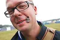 Jonas Elmqvist  finds a butterfly in Spring town. Photo: Magnus Fröderberg/Scouterna