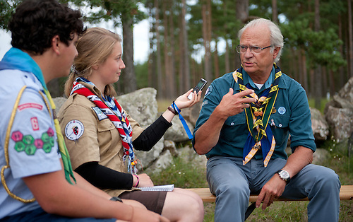 The Swedish King is visiting the camp, and being interviewed by two young correspondents. Photo: Christoffer Munkestam/Scouterna