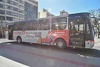 CAMPINAS,SP, 14.06.2016 - ONIBUS-SOLIDARIEDADE - Um ônibus realiza campanha solidaria distribuindo roupas e cobertores para pessoas de baixa renda no Largo do Rosário na cidade de Campinas interior de São Paulo nesta terça-feira, 14. (Foto: Mauricio Bento/Brazil Photo Press)