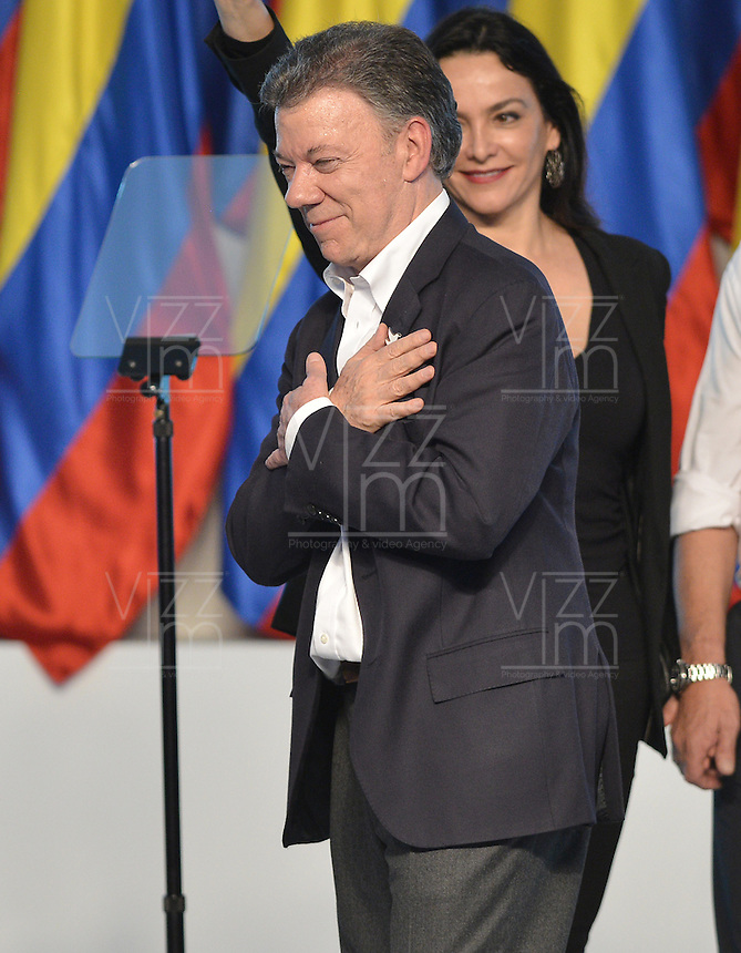 BOGOTÁ -COLOMBIA. 15-06-2014. Juan Manuel Santos candidato por el partido de La Unidad Nacional tras terminar su discurso como presidente electo en las eleccciones presidenciales para el período constitucional 2014-18 en Colombia a Oscar Ivan Zuluaga del partido Centro Democratico. La segunda vuelta de la elección de Presidente y vicepresidente de Colombia se cumplió hoy 15 de junio de 2014 en todo el país./ Juan Manuel Santos candidate by National Unity party after finishing his speech as president elected in the Presidential elections for the constitutional period 2014-15 in Colombia to Oscar Ivan Zuluaga by Democratic Center party. The second round of the election of President and vice President of Colombia that took place today June 15, 2014 across the country. Photo: VizzorImage/ Gabriel Aponte / Staff