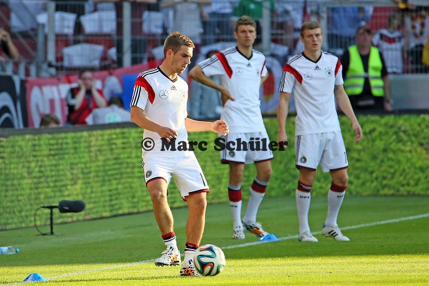 Philipp Lahm (D) testet seine verheilten Gelenke, Thomas Müller und Toni Kroos (D) sehen zu - Deutschland vs. Armenien in Mainz