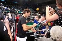 15-02-12, Netherlands,Tennis, Rotterdam, ABNAMRO WTT, Roger Federer deelt na zijn partij handtekeningen uit