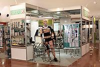 SÃO PAULO, 17 DE AGOSTO DE 2012 - FEIRA INTERNACIONAL DE PRODUTOS DE REABILITAÇÃO - 10ª Feira Internacional de Produtos, Equipamentos, Servicos e Tecnologia para Reabilitacao, Prevencao e Inclusao, Palacio de Convencoes do Anhembi,  nessa sexta, 17 - FOTO LOLA OLIVEIRA - BRAZIL PHOTO PRESS