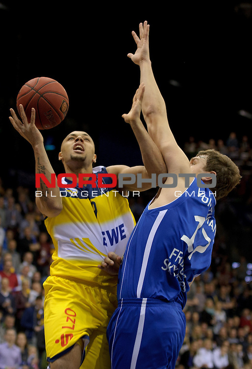 21.02.2015, EWE Arena, Oldenburg, GER, BBL, EWE Baskets Oldenburg vs FRAPORT SKYLINERS, im Bild Maurice Stuckey (Oldenburg #9), Johannes Voigtmann (Skyliners #17)<br /> <br /> Foto &copy; nordphoto / Frisch