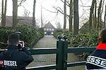 Am Freitag morgen gegen 02 Uhr erhielt die Polizei einen Notruf vom Reiterhof Schockemoehle in Muehlen bei Lohne (Landkreis Vechta). <br /> Vier bewaffnete Maenner waren dort gealtsam in das Wohnhaus der prominenten Reiterfamilie Schockemoehle eingedrungen. Das Ehepaar Alwin und Rita Schockemoehle wurde im Schlaf ueberrascht, gefesselt, bedroht und zur Herausgabe von Schmuck und Bargeld gezwungen.<br /> Bei den Taetern handelt es sich vermutlich um Osteuropaer, da sie in einem gebrochenen Deutsch sprachen. Sie waren mit einer Art Strickmuetze maskiert.<br /> Das Ehepaar Schockemoehle blieb bis auf einen Schock angeblich unverletzt. <br /> Die Polizei rueckte mit einem Großaufgebot an, um das großflaechige Areal des Hofes und der angrenzenden Waelder nach den Fluechtigen zu durchsuchen. <br /> <br /> <br /> Foto © nordphoto