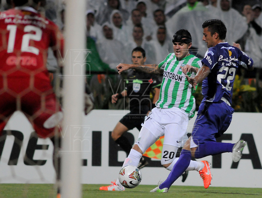 MEDELLÍN -COLOMBIA-08-05-2014. Alejandro Bernal (Izq) de Atlético Nacional de Colombia disputa el balon con Robert Herrera (Der) de Defensor Sporting de Uruguay durante el partido de ida por los cuartos de final de la Copa Bridgestone Libertadores 2014 jugado en el estadio Atanasio Girardot de Medellín, Colombia./ Alejandro Bernal (L) player of Atletico Nacional of Colombia battles for the ball with Robert Herrera (R) of Defensor Sporting of Uruguay during first leg match for the quaterfinals of the Copa Libertadores championship 2014 played at Atanasio Girardot stadium in Medellin, Colombia. Photo: VizzorImage/ Luis Ríos /STR