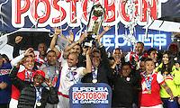 BOGOTA -COLOMBIA, 27-ENERO-2015. Jugadores del   Independiente Santa Fe levantan el trofeo que los acredita como campeones de La Superliga Postobon 2015 al vencer al Atletico Nacional en el  partido de la final vuelta de la Superliga Liga Postobon 2015 del futbol colombiano primera division  jugado en el estadio Nemesio Camacho El Campin de Bogota . / Indepndiente Santa Fe  players lift the trophy certifying them as champions of the Superliga Postobon 2015 to win at Atletico Nacional  and match of the final round of the Superleague Liga Postobon 2015 the Colombian first division football played at the stadium Nemesio Camacho El Campin Bogota . Photo / VizzorImage / Felipe Caicedo  / Staff