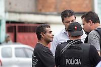 SAO PAULO, SP - 21.10.2014 - INCENDIO COM VITIMA NA ZONA SUL - Incendio causa morte de mulher e criança na manhã desta terça-feira (21) na rua Giuseppe Piermarini, região do Grajaú, na Zona Sul de são Paulo. O Marido da vítima conversa com os policiais sobre o incidente para ajudar no trabalho do DHPP.<br /> <br /> (Foto: Fabricio Bomjardim / Brazil Photo Press).