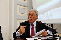 Antonio Bassolino interviene alla presentazione di un libro