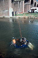Police underwater diving unit searching a river for evidence. Here the diver has found a metal bar used in a crime and is about to hand it to a police officer on the bank...© SHOUT. THIS PICTURE MUST ONLY BE USED TO ILLUSTRATE THE EMERGENCY SERVICES IN A POSITIVE MANNER. CONTACT JOHN CALLAN. Exact date unknown.john@shoutpictures.com.www.shoutpictures.com..