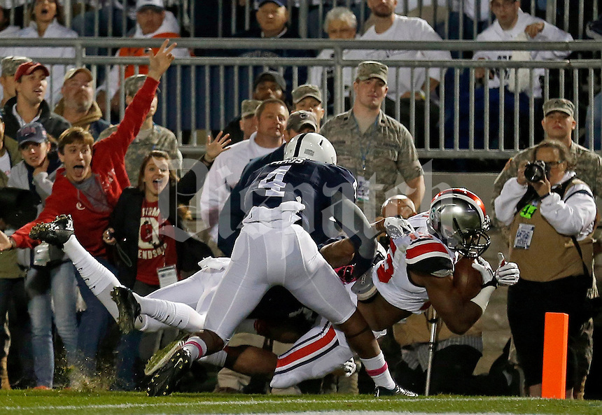 Ohio State Buckeyes running back Ezekiel Elliott (15) scores a touchdown during the first quarter of the NCAA Division I football game at Beaver Stadium in University Park, PA on October 25, 2014. (Columbus Dispatch photo by Jonathan Quilter)