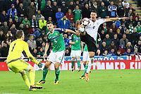 Sandro Wagner (Deutschland Germany) mit einer Chance gegen Gareth McAuley (Nordirland, Northern Ireland) und Torwart Michael McGovern (Nordirland, Northern Ireland) - 05.10.2017: Nordirland vs. Deutschland, WM-Qualifikation Spiel 9, Windsor Park Belfast