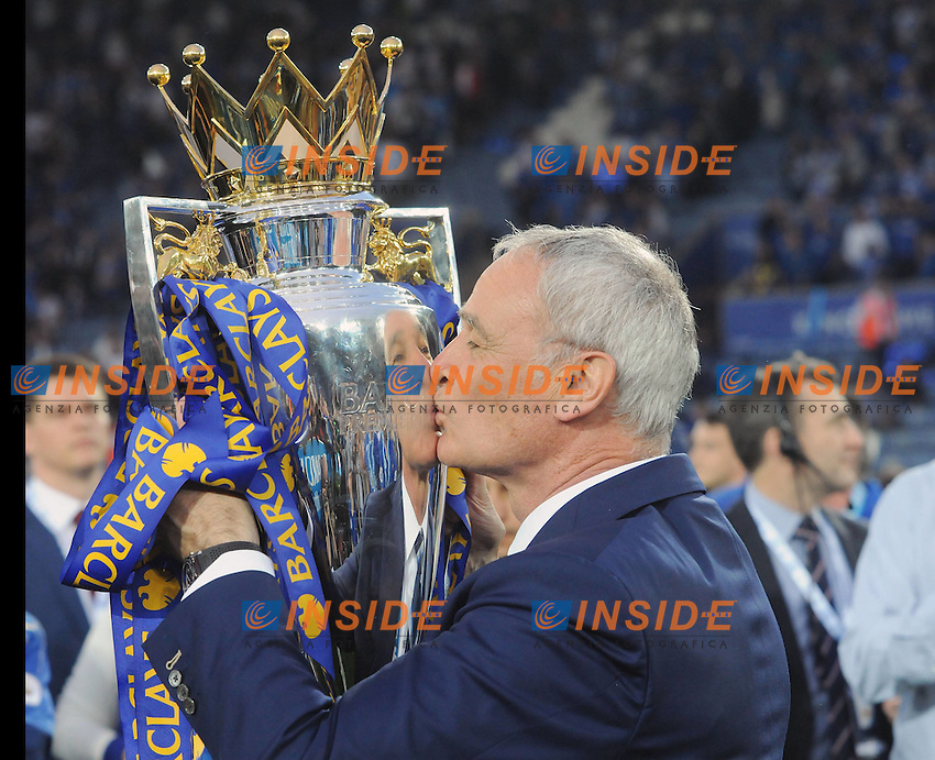 Football - 2015 / 2016 Premier League - Leicester City vs. Everton Leicester Manager Claudio Ranieri kisses the trophy <br /> Barclays Premier League match Leicester City and Everton, played at The King Power Stadium, Leicester, on 07th May 2016 / Barclays Premier League 2015/16 <br /> Foto COLORSPORT/ANDREW COWIE PUBLICATIONxNOTxINxUKxBRA<br /> <br /> Foto Insidefoto