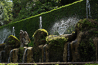 Il viale delle Cento Fontane. The Hundred Fountains..Villa d'Este di Tivoli, patrimonio mondiale dell' UNESCO..Villa d'Este is included in the UNESCO world heritage list.