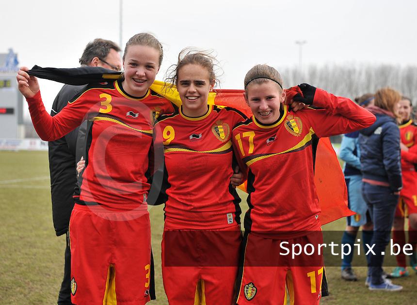 Belgie U17 - Duitsland U17 : Tine De Caigny , Amber Maximus en Chloe Van Mingeroet.foto DAVID CATRY / Vrouwenteam.be