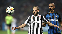 Calcio, Serie A: Inter - Juventus, Milano, stadio Giuseppe Meazza (San Siro), 28 aprile 2018.<br /> Juventus' Gonzalo Higuain (l) in action with Inter's Joao Miranda (r) during the Italian Serie A football match between Inter Milan and Juventus at Giuseppe Meazza (San Siro) stadium, April 28, 2018.<br /> UPDATE IMAGES PRESS/Isabella Bonotto