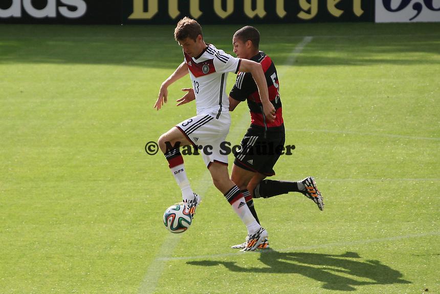 Thomas Müller gegen Maclom Cacutalua (U20) - Testspiel der Deutschen Nationalmannschaft gegen die U20 zur WM-Vorbereitung in St. Martin