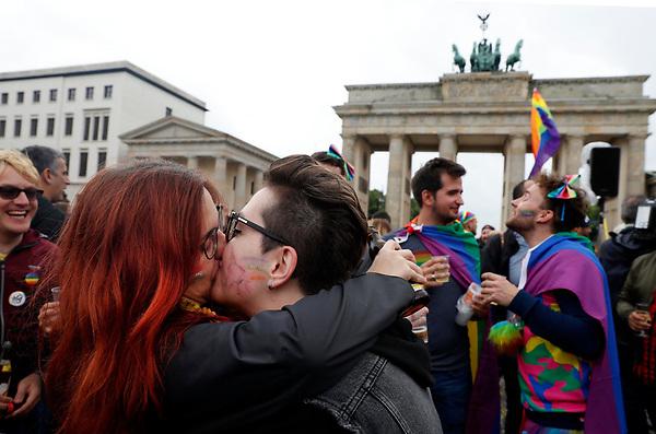 BE66 BERLÍN (ALEMANIA) 30/06/2017.- Una pareja se besa durante la celebración de la aprobación de la legalización del matrimonio homosexual en el Parlamento ante la Puerta de Brandemburgo en Berlín (Alemania) hoy, 30 de junio de 2017. El pleno de la Cámara baja alemana aprobó hoy la legalización del matrimonio homosexual, un proyecto impulsado por los socialdemócratas rompiendo el acuerdo de coalición con los conservadores de la canciller, Angela Merkel. EFE/Felipe Trueba